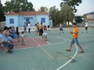 Τα παιδιά μαθαίνουν παλιά παιχνίδα